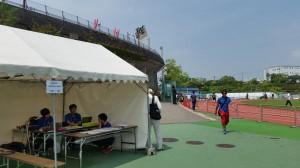 テントの後ろに見えるのがメイン競技場